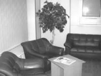В уютном холле гостиницы «Металлург» можно скоротать время за чтением газеты «Кольский никель»