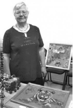 Участница выставки декоративно-прикладного творчества ветеранов Нина Ивановна Теппонен. Она родилась и росла в Мончегорске военного времени